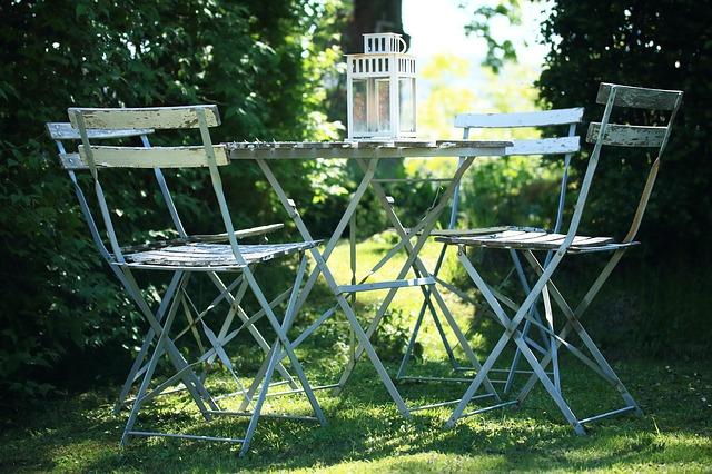 Gartenmöbel aufpolieren – 3-Schritt-Anleitung
